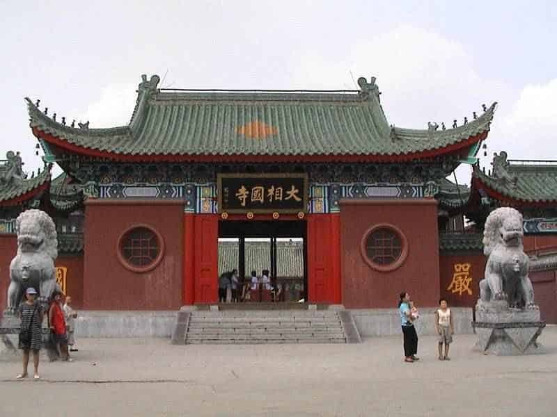 Traditional Feng shui builds Red Wall Green Tiles